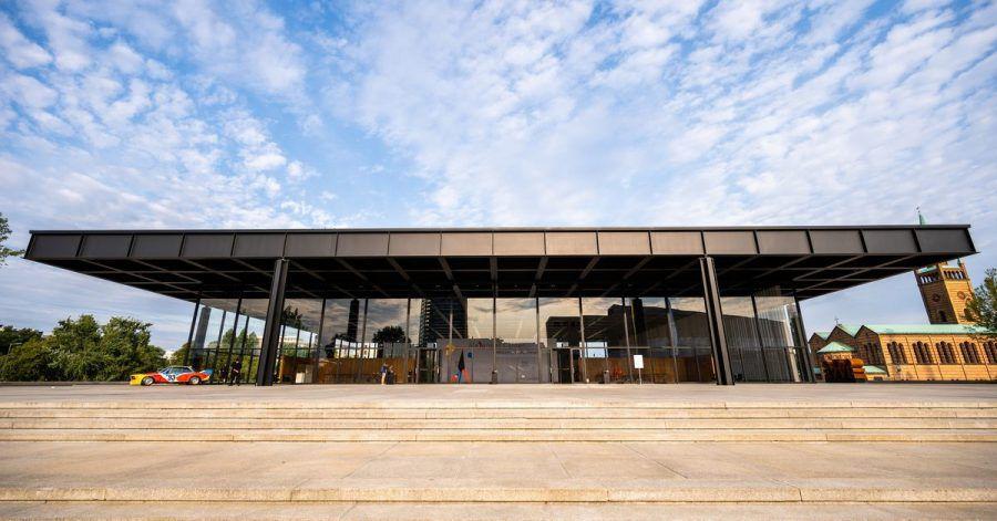 Das Team um den britischen Stararchitekten David Chipperfield hat das ursprünglich nach Plänen des Architekten Ludwig Mies van der Rohe erbauten Bau der Neuen Nationalgalerie saniert und instandgesetzt.