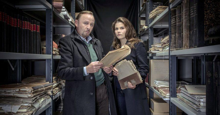 Nina Petersen (Katharina Wackernagel) und Karl Hidde (Alexander Held) wälzen Aktenberge.