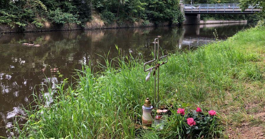 Ein Kreuz am Ufer des Flutkanals in Weiden  erinnert an den Tod eines Mannes im September 2020.