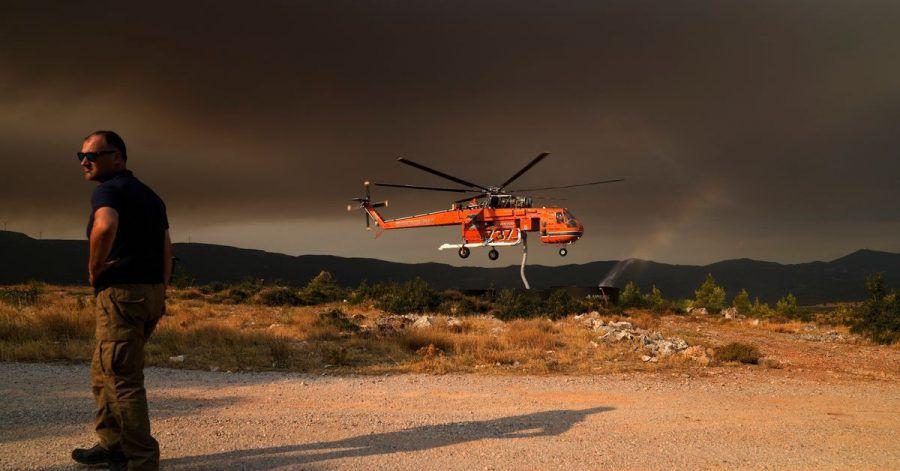 Ein Hubschrauber füllt einen Wassertank, um Vilia vor den Flammen zu schützen.