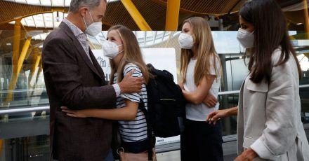 König Felipe von Spanien verabschiedet sich von seiner Tochter Prinzessin Leonor (2.v.l) am Flughafen von Madrid. Daneben steht Infantin Sofia und Königin Letizia.