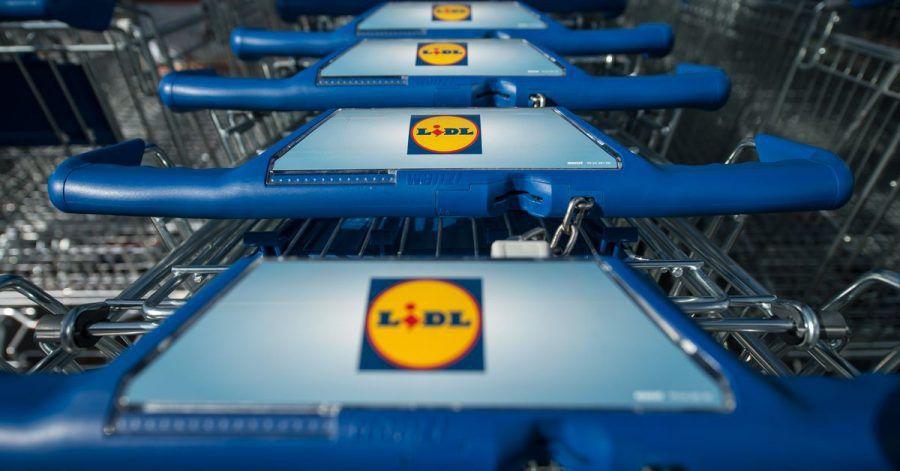 Einkaufswagen stehen vor einer Filiale des Lebensmitteldiscounters Lidl.
