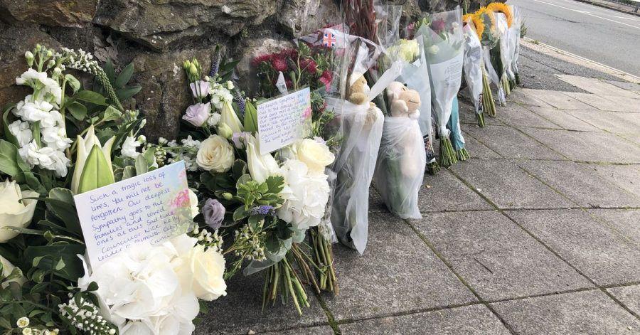 Blumen und Plüschtiere vor dem Lidl-Supermarkt in der Wolesley Road nahe des Biddick Drive in der Gegend von Keyham in Plymouth, wo am Abend des 12.08.2021 sechs Menschen, darunter der Täter, bei einem Schusswaffenangriff an ihren Verletzungen starben.