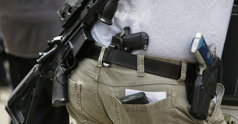 Eine Person mit mehreren Schusswaffen nimmt an einer Demonstration in Seattle für das Recht, Waffen zu besitzen, teil.