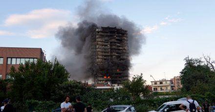 Ein Brand hat am Sonntagnachmittag ein Hochhaus am südlichen Stadtrand von Mailand zerstört.