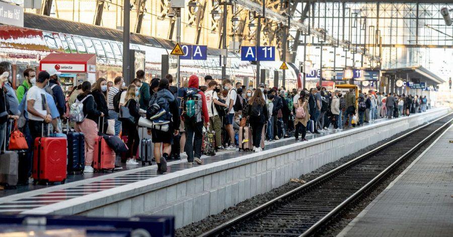 Zahlreiche Reisende müssen sich während des GDL-Streiks in volle Züge quetschen. Die Abstandsregeln einzuhalten, ist dabei kaum möglich.