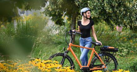 Signalfarbe: Spezielle Farbpigmente im Lack sollen diesen Fahrradrahmen bei Lichteinfall zum Leuchten bringen und so für mehr Sicherheit im Dunkeln sorgen.