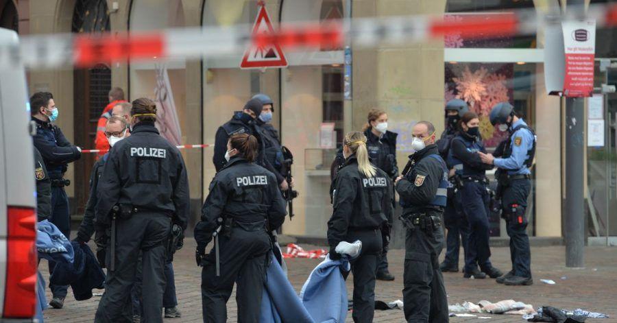 Einsatzkräfte von Polizei sind nahe der Fußgängerzone in Trier im Einsatz, in der einAuto mehrere Menschen tödlich erfasst hat.