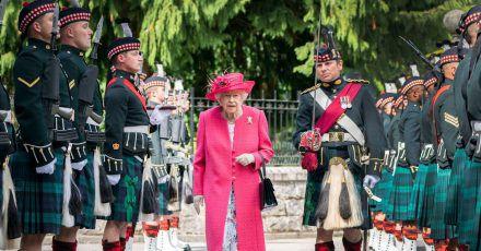Die britische Königin Elizabeth bei der Inspektion der Ehrengarde vor den Toren von Balmoral Castle.