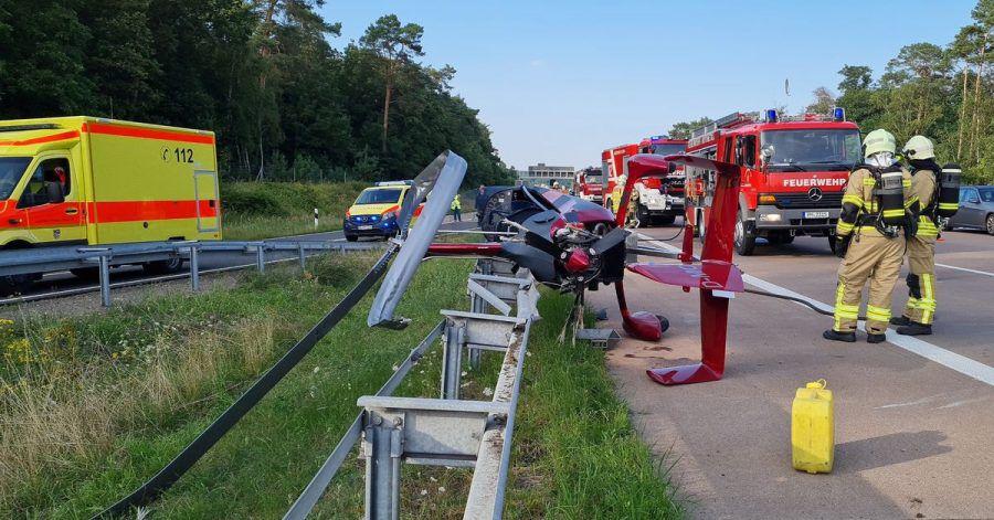 Einsatzkräfte der Feuerwehr stehen an der Absturzstelle am Autobahndreieck Nuthetal.