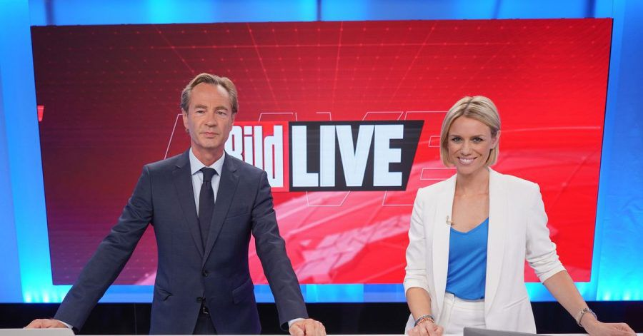 Thomas Kausch und Sandra Kuhn, Moderatoren «Bild Live», stehen im Studio des TV-Senders «Bild». Der neue TV-Sender «Bild» des Medienkonzerns Axel Springer ist nun auf Sendung.