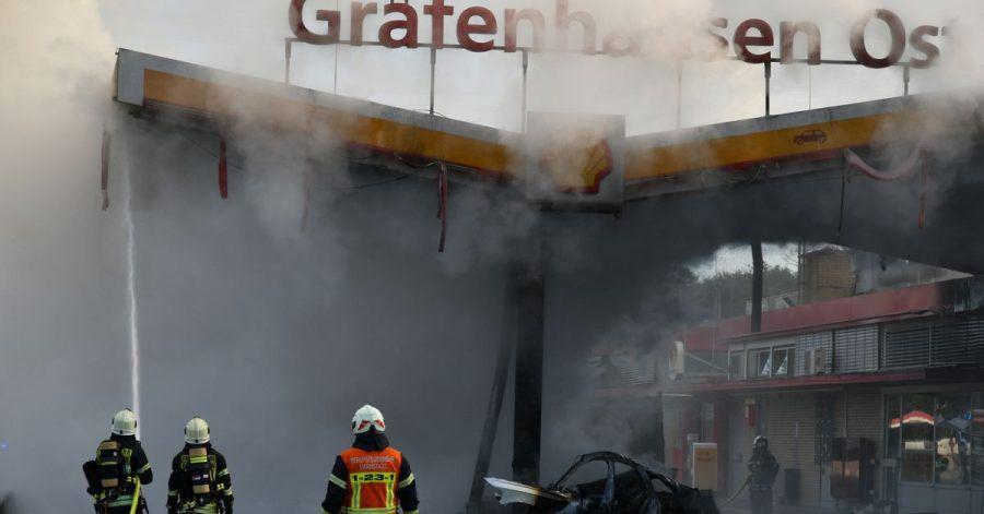 Die Feuerwehr löscht den Brand an der Autobahn-Tankstelle Gräfenhausen Ost.