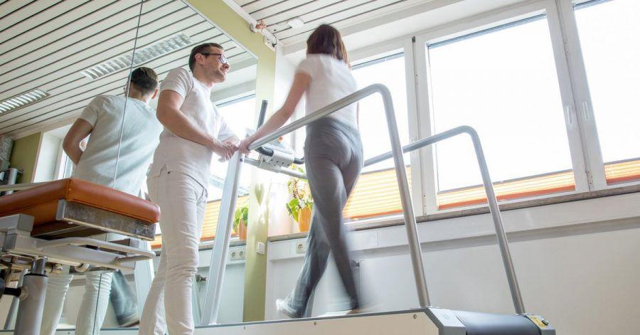 Nach einer Verletzung oder Krankheit kann eine Reha die Genesung fördern. Das ist auch mit Blick auf die Erwerbstätigkeit wichtig.