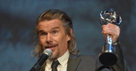 Ethan Hawke mit seiner Auszeichnung  beim Internationalen Karlsbader Filmfestival.
