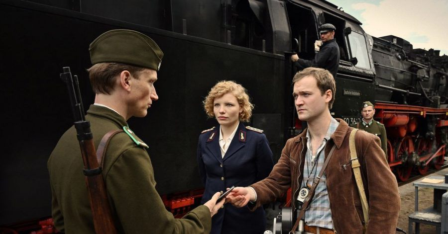 Edith Salzmann (Luisa-Céline Gaffron) und Kurt Blochwitz (Vincent Redetzki) werden kontrolliert.