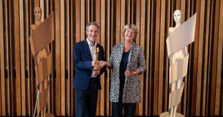 Ulrich Matthes (l), Schauspieler und Präsident der Deutschen Filmakademie, und Monika Grütters (CDU), Staatsministerin für Kultur und Medien,  mit der goldenen Lola.
