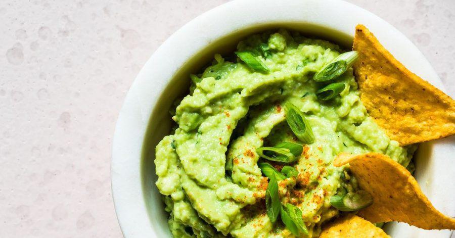 Die bekannteste Soße Mexikos ist die Guacamole aus Avocado, Limettensaft, Tomatenwürfeln, fein gehackter roter Zwiebel, Knoblauch und Koriandergrün, Chilipulver, Salz und Pfeffer.