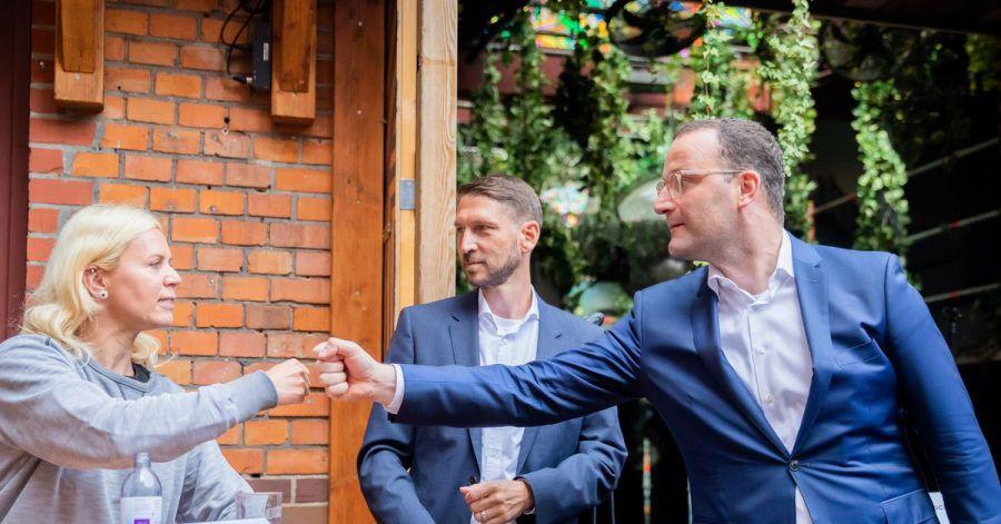 Gesundheitsminister Jens Spahn (r) neben Timo Feuerbach (m.), Geschäftsführer des Europäischen Verbands der Veranstaltungs-Centren (EWC), und Pamela Schobeß, Vorstand von LiveKomm und Vorsitzende der Clubkommission Berlin.