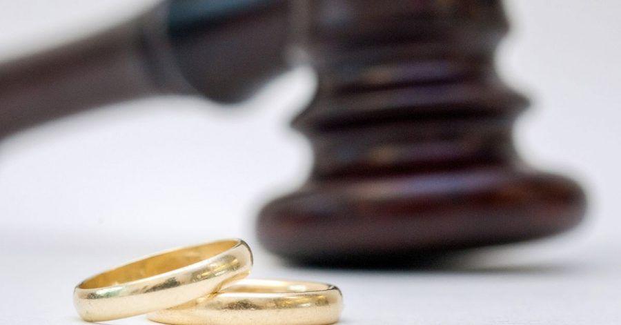 Wer sich erst Jahrzehnte nach der Trennung scheiden lässt, muss mit Begrenzungen beim Versorgungsausgleich rechnen.