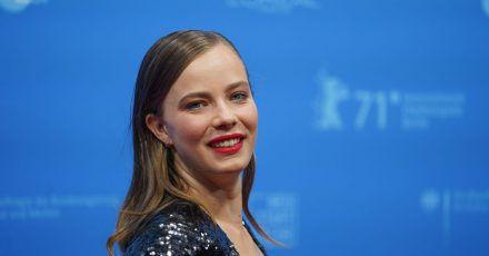 Die Schauspielerin Saskia Rosendahl, hier bei der Berlinale im Juni. Der Film «Niemand ist bei den Kälbern» mit Rosendahl in der Hauptrolle hat beim 74. Internationalen Filmfestival Locarno viel Beifall erhalten.
