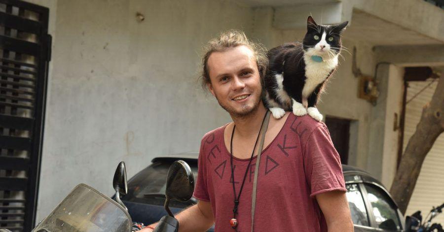 Weltenbummler Martin Klauka mit seiner Katze Mogli in Indien.