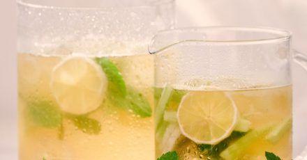 Diese Bowle aus kaltem Grüntee wird mit Gurke, Zitrone und Minze serviert.