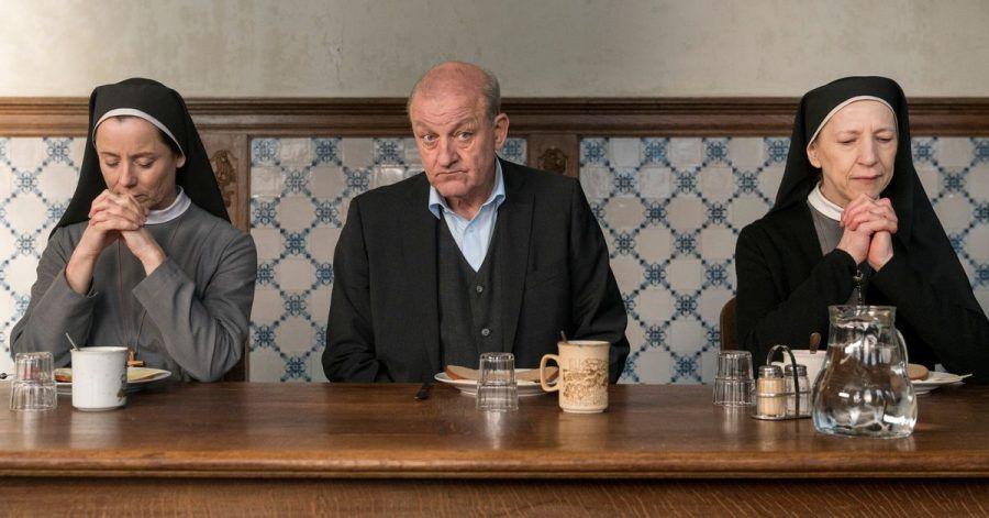 Beim Abendessen sitzt Privatdetektiv Georg Wilsberg (Leonard Lansink) neben den Ordensschwestern Christa (Inka Friedrich, l) und Gudula (Katharina Blaschke)