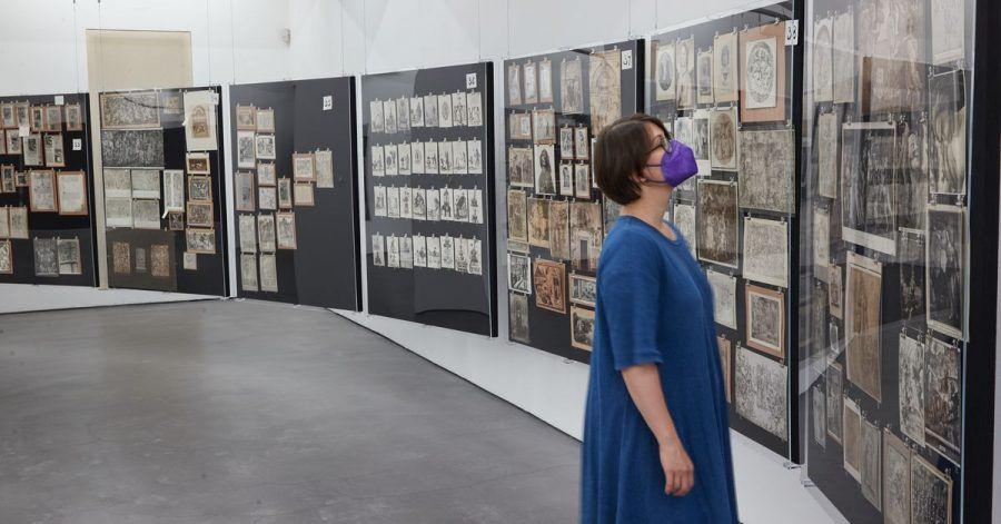 Eine Mitarbeiterin der Deichtorhallen Hamburg in der Ausstellung «Aby Warburg: Bilderatlas Mnemosyne. Das Original».