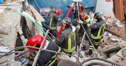 Rettungskräfte der Feuerwehr vor dem eingestürzten Wohnhaus in Turin.