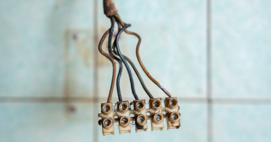 Besser überprüfen: Auch Kabel, Leitungen und Sicherungen unterliegen Alterungsprozessen.