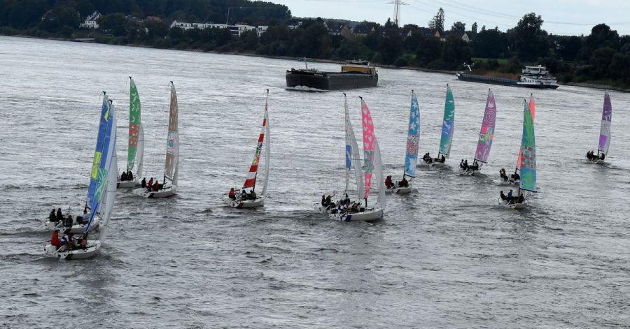 Segelboote starten auf dem Rhein zur weltweit ersten Kulturregatta.
