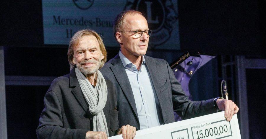Der Schauspieler Volker Lechtenbrink (l) erhält von Matthias Kallis, Leiter Mercedes-Benz Hamburg, den mit 15.000 Euro dotierten Gustaf-Gründgens-Preises 2021.
