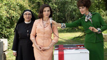 Juliette Binoche (M.) als Paulette Van der Beck, die Leiterin einer Hauswirtschaftsschule im Elsass.  (ili/spot)