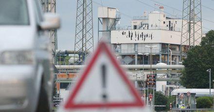 Nach der Explosion in Leverkusen geht die Suche nach zwei Vermissten weiter.