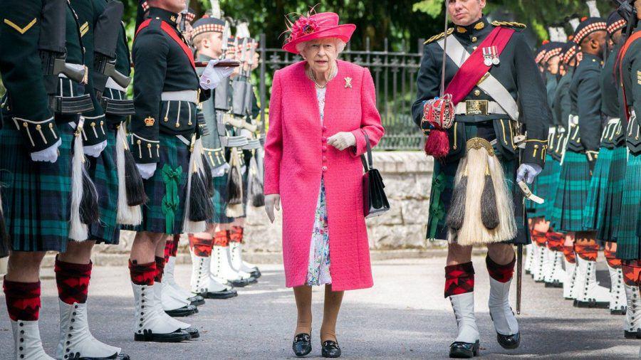 Queen Elizabeth II. bei der offiziellen Begrüßungszeremonie zum Sommerurlaub auf Schloss Balmoral. (ili/spot)