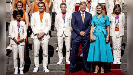 Máxima und Willem-Alexander mit den Athleten auf den Stufen des Königlichen Palasts Noordeinde. (jom/spot)