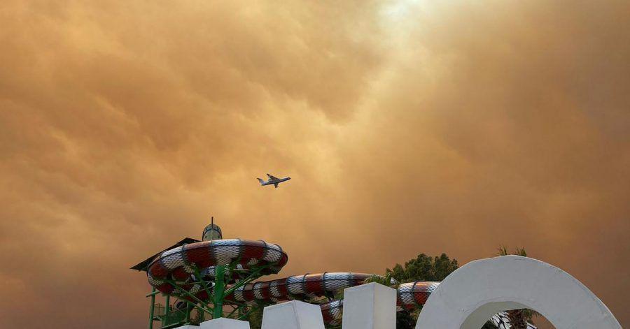 Rauch zieht über die Freizeitanlagen an einem Hotelkomplex in der türkischen Urlaubsregion Antalya. Die Feuer wüten seit Tagen an der bei Touristen beliebten Mittelmeerküste.