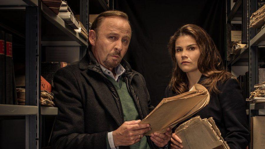 """""""Stralsund: Das Manifest"""": Nina Petersen (Katharina Wackernagel) und Karl Hidde (Alexander Held) vermuten, dass brisante Akten der Schlüssel zum Mordfall Kellermann sind. (cg/spot)"""