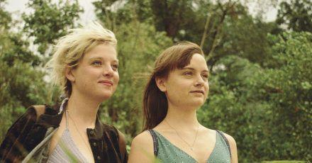Romy (Jella Haase, l) verdreht Nora (Lena Urzendowsky) den Kopf.