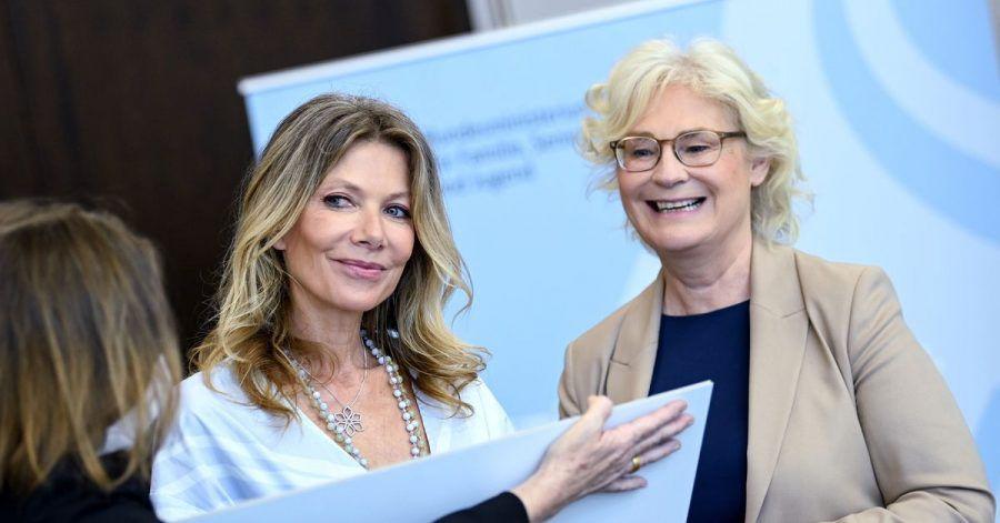 Ursula Karven (l), Schauspielerin, übergibt die Petition #TheLouderVoices an Christine Lambrecht (SPD), Bundesministerin der Justiz und für Verbraucherschutz.