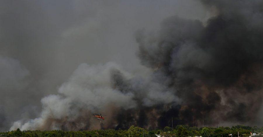 Ein Hubschrauber fliegt über einen Waldbrand nördlich von Athen. Griechenland wird weiterhin von einer Dauerhitzewelle und Trockenheit heimgesucht, weshalb zahlreiche Waldbrände ausgebrochen sind.