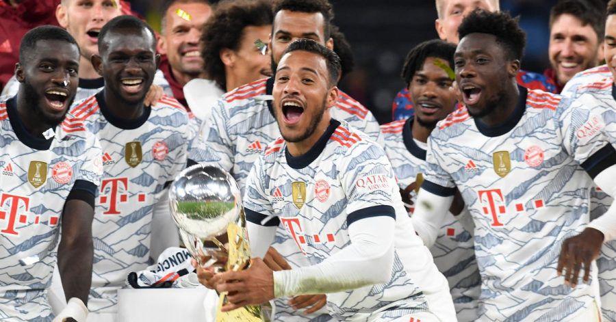 Noch ein Pokal: Die Kicker aus München freuen sich über ihren Sieg gegen Dortmund.