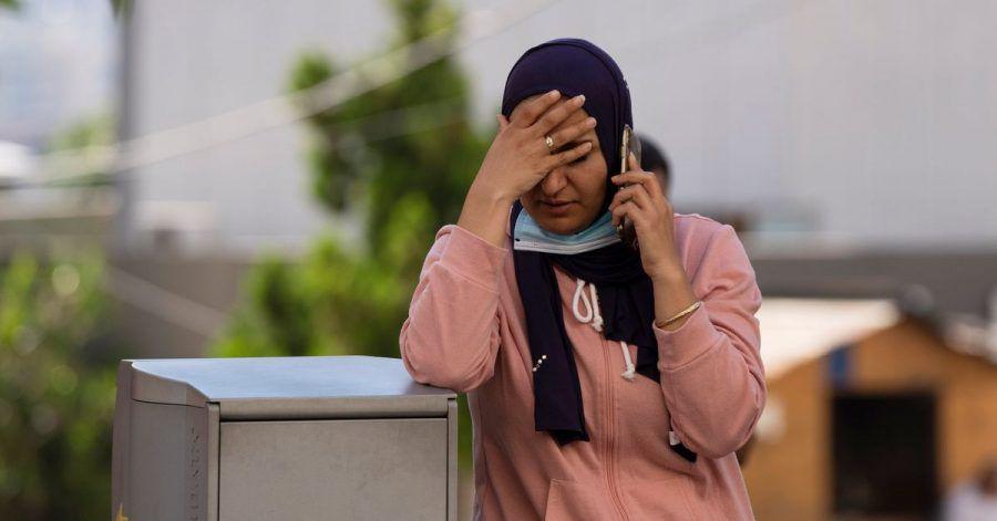 Marwa El Chiekh spricht vor einem Krankenhaus in Geitaoui, während sie auf Nachrichten über ihren Bruder wartet, der bei einer Treibstoffexplosion im Nordlibanon schwer verletzt wurde.