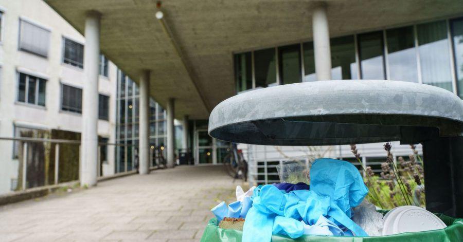 Benutzte Einweg-Handschuhe in einem Abfallbehälter auf dem Campus der Technischen Universität Darmstadt.