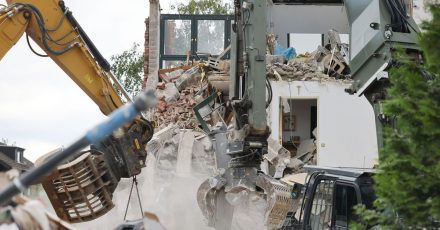 Bagger reißen in Erftstadt-Blessem Häuser ab.  Auch drei Wochen nach der Hochwasserkatastrophe ist die Lage nach Einschätzung von Bürgermeisterin Carolin Weitzel dramatisch.