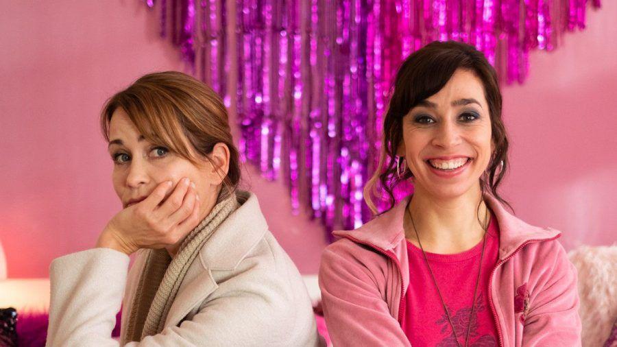 """""""Dreiraumwohnung"""": Bei der Wohnzimmer-Deko kommt die beigefreudige Konstanze (Anja Kling, l.) mit der pinkliebenden Jackie (Carol Schuler) an ihre Grenzen. (cg/spot)"""