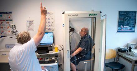 Reinhard Janzen sitzt zur Überprüfung seiner Lungenfunktion in einem Bodyplethysmographen in der Reha-Klinik Bad Rothenfelde.