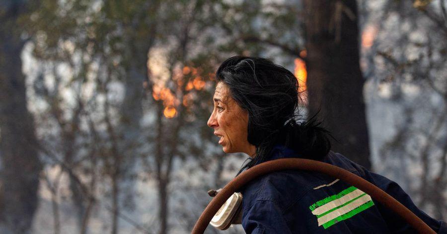 Eine Feuerwehrfrau versucht ein Feuer etwa 30 Kilometer von der griechischen Hauptstadt Athen zu löschen. Vielerorts sind die Brände außer Kontrolle geraten, es kommt zunehmend internationale Hilfe an.