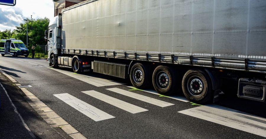 Die Unfallstelle in Erftstadt-Friesheim. Ein Lastwagen hat hier an einem Zebrastreifen ein elfjähriges Mädchen überrollt und getötet.