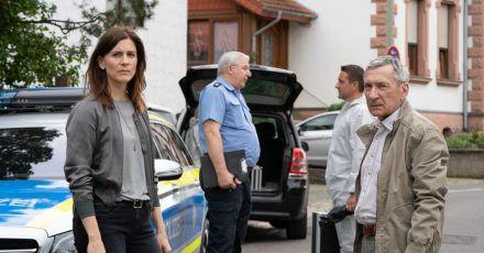 Hauptkommissarin Judith Mohn (Christina Hecke, l) mit ihrem Kollegen Markus Zerner (Rudolf Kowalski, r.) vor dem Polizeipräsidium.